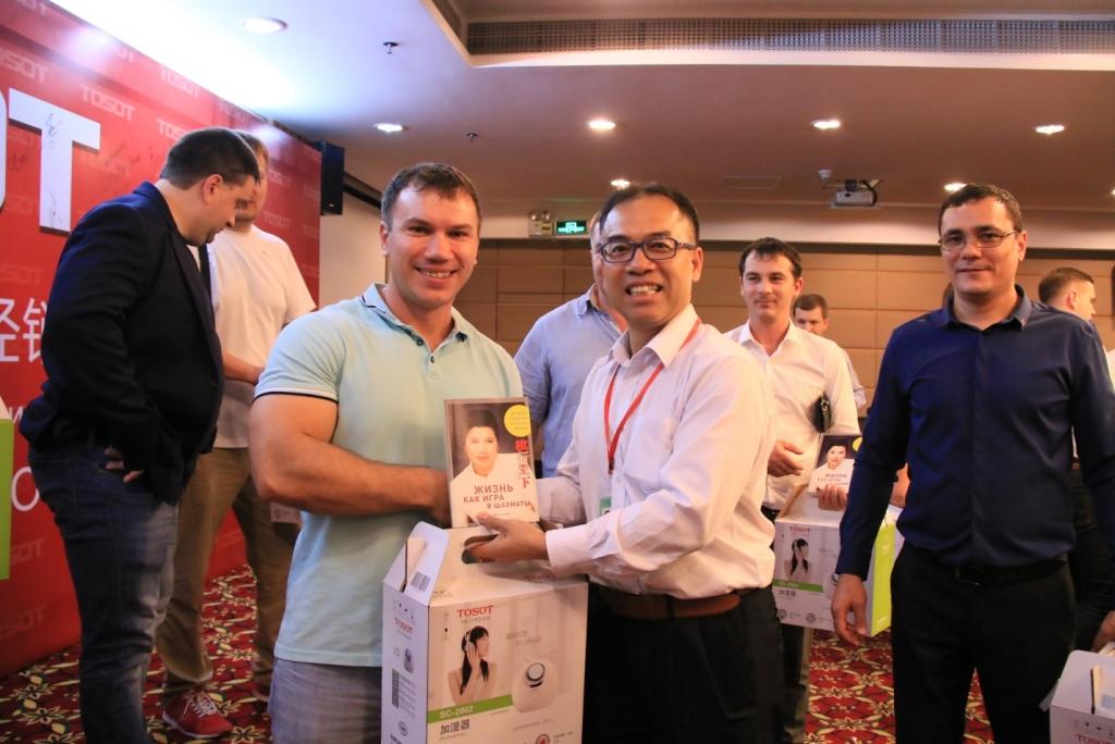 Вице-президент г-н Сем Чен вручает подарки и книгу г-жи Дун Минчжу – президенту компании GREE Electric Appliances
